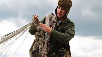 Первый прыжок с парашютом совершили гвардейцы-десантники 38-й бригады
