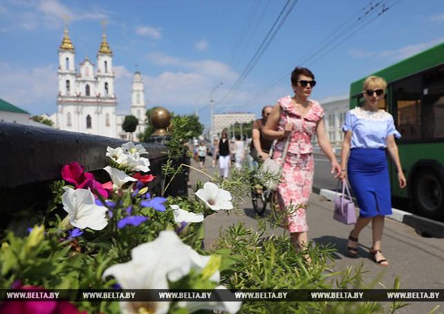 В Витебске украшают мосты живыми цветами