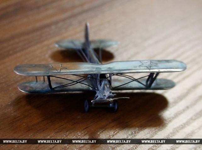 Уникальную серебряную модель самолета подарил витебскому музею ювелир Андрей Жизневский