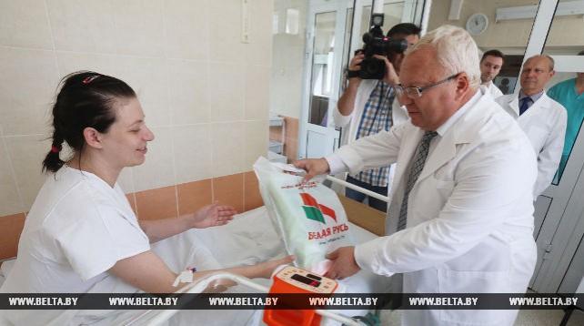 """В Витебской области мамы, родившие в День Независимости, получили подарки от """"Белой Руси"""""""