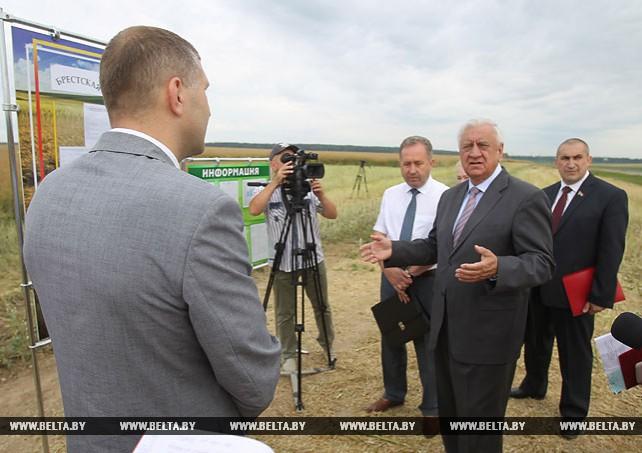 Мясникович знакомится с ходом уборочной кампании в Брестской области