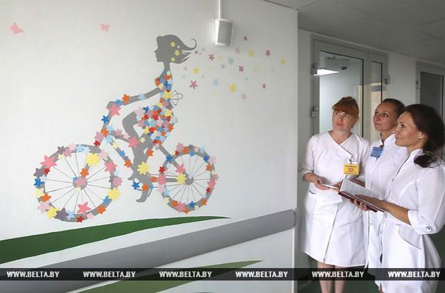 Студенты-волонтеры оформляют стены в новых корпусах Гомельской областной детской больницы