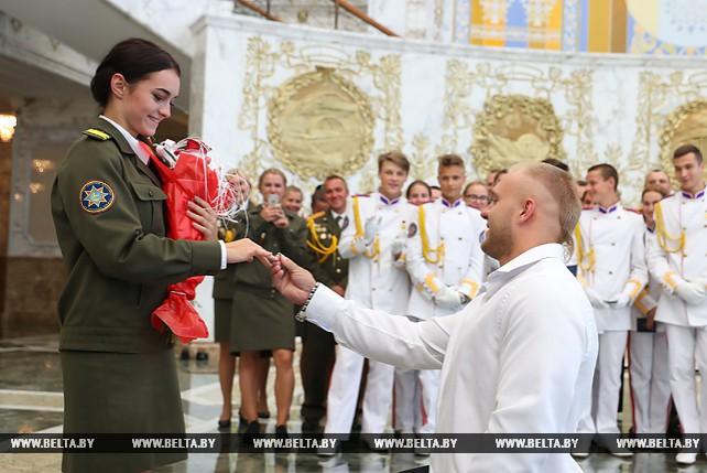 Сотрудницу МЧС позвали замуж во Дворце Независимости