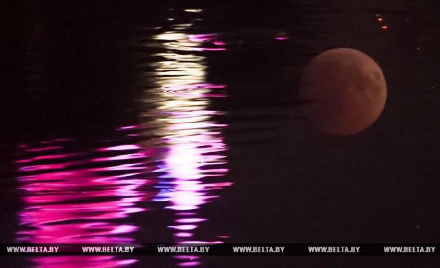 Белорусы могли наблюдать полное лунное затмение и великое противостояние Марса