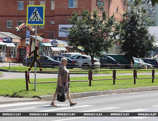 В Витебске на нерегулируемом переходе установили светоотражающие силуэты пешеходов