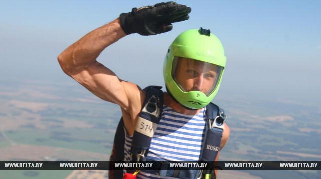 День ВДВ в Гродненском аэроклубе отметили прыжками с парашютом