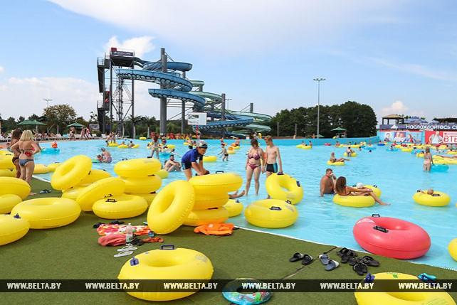 Минчане спасаются от жары в аквапарке