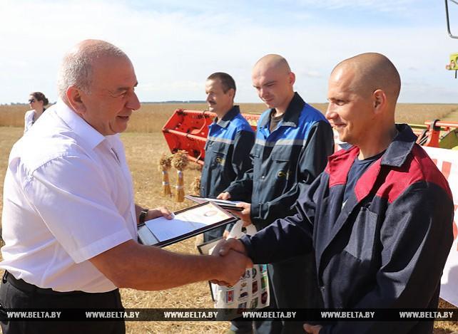 Первый экипаж-двухтысячник появился на жатве в Оршанском районе