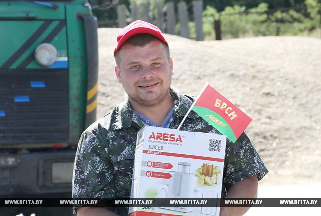 Молодого водителя, перевезшего более 2 тыс. т зерна, чествовали в Речицком районе