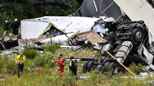 Возле итальянской Генуи рухнул автомобильный мост