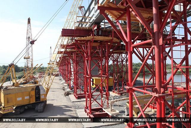На мосту через Припять в Турове приступили к монтажу металлического пролетного строения