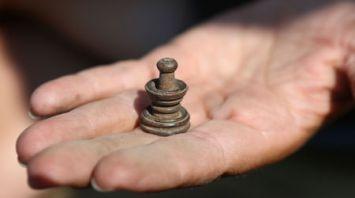 Средневековая шахматная фигура найдена во время раскопок в Старом замке в Гродно