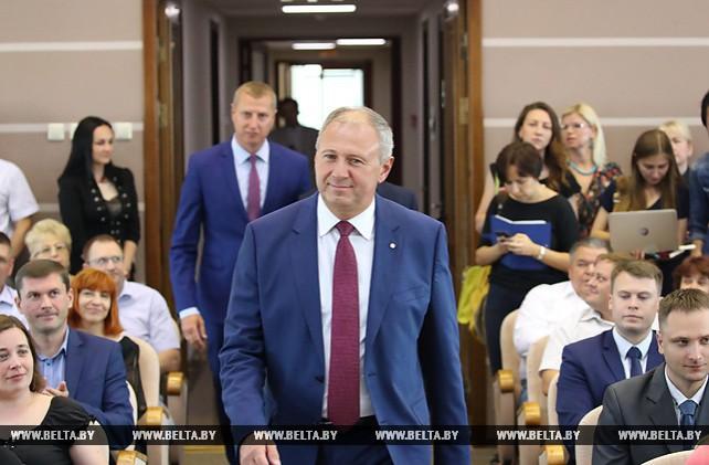 Сергей Румас представил министра экономики Дмитрия Крутого коллективу министерства