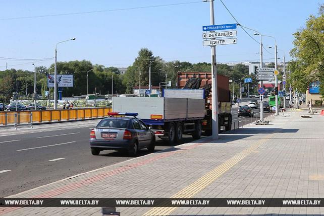 Грузовик снес светофорный столб на Ульяновской улице в Минске