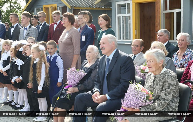 Лукашенко в День знаний посетил родную школу в Александрии