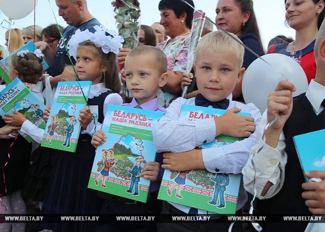 Школа в Турове получила в подарок от премьер-министра спортинвентарь и мультимедийную доску