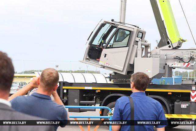 Самый крупный в стране автокран показали в Минске