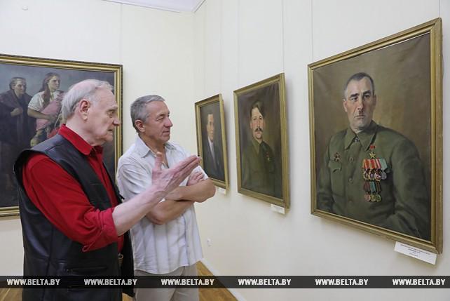 Портреты партизанских комбригов показали на выставке Петра Явича в Витебске