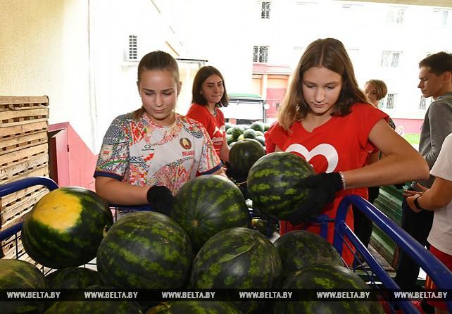 Школьники привезли арбузы и картофель с президентского поля в дом-интернат