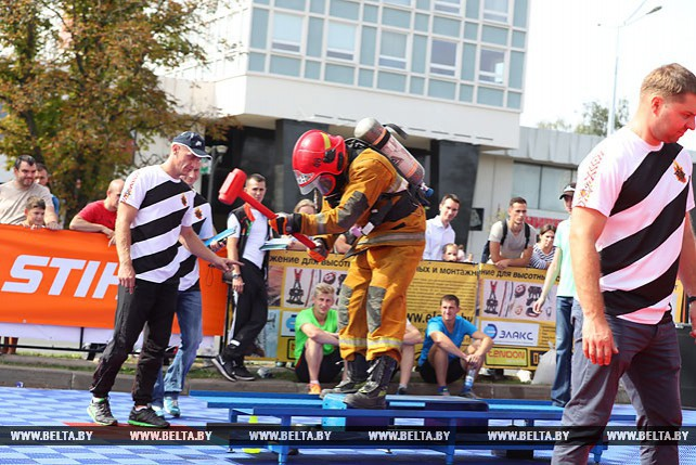 Соревнования среди пожарных-спасателей у Дворца спорта