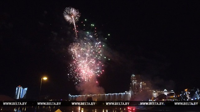 Фейерверк осветил небо над Минском в День города