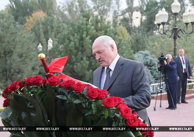 Лукашенко начал визит в Ташкент с возложения цветов на площади Независимости и к памятнику Каримову