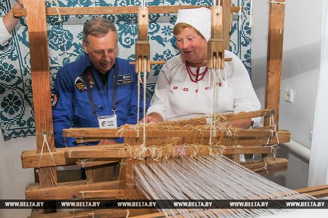 Космонавтов из США и Франции познакомили с традициями бездежского фартушка