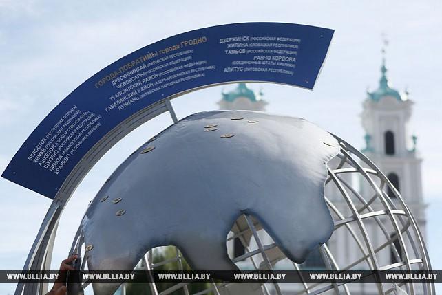 Трехметровый глобус с городами-побратимами установлен в центре Гродно