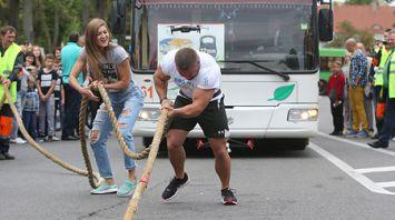Силач в Гродно протянул 12-тонный троллейбус с пассажирами