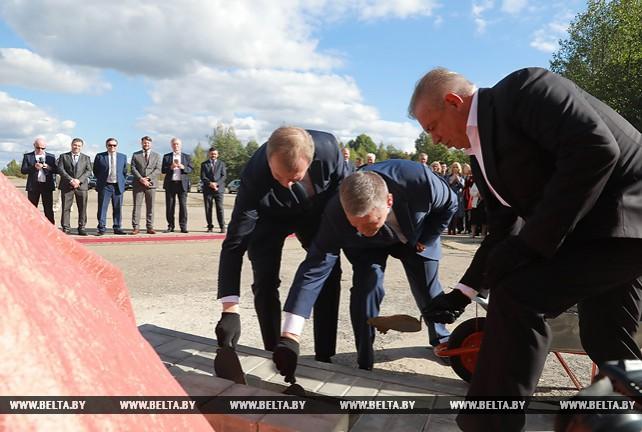 Памятную капсулу заложили на месте строительства комплекса по производству индейки в Климовичском районе