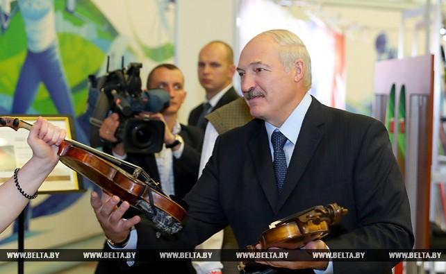 Лукашенко показали белорусские ратраки, лыжероллеры и пианино