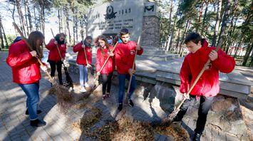 Волонтеры БРСМ благоустроили военный мемориал в Минске