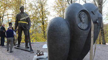 """В Витебске устанавливают скульптуру """"Десантник"""" и памятный знак бойцам в голубых беретах"""