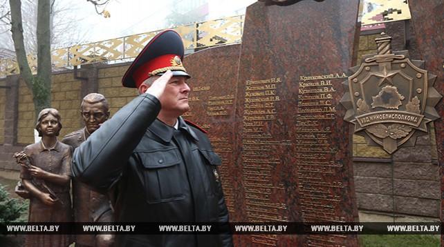 Памятник милиционерам, погибшим при исполнении служебного долга, открылся возле УВД Миноблисполкома
