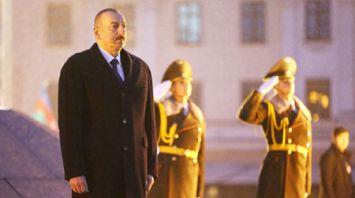 Алиев возложил венок к монументу Победы