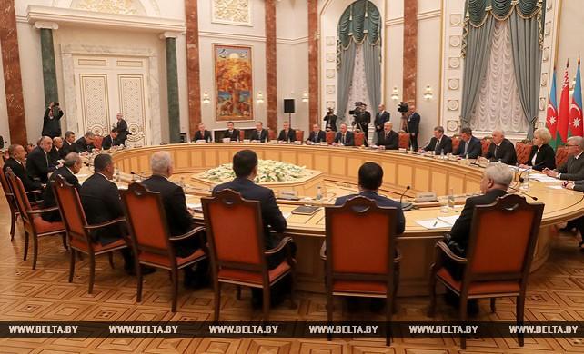 Александр Лукашенко провел переговоры с Ильхамом Алиевым в расширенном составе