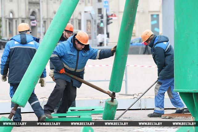 Главную елку Беларуси начали монтировать на Октябрьской площади