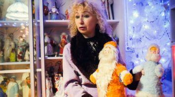 Брестчанка обустроила дома музей Дедов Морозов и Снегурочек