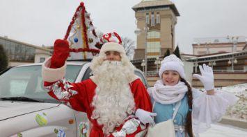 Праздничный автомобиль с Дедом Морозом и Снегурочкой курсирует по улицам Витебска