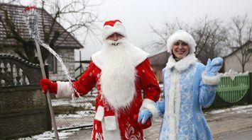 Библиобус с Дедом Морозом посещает отдаленные деревни Гродненского района