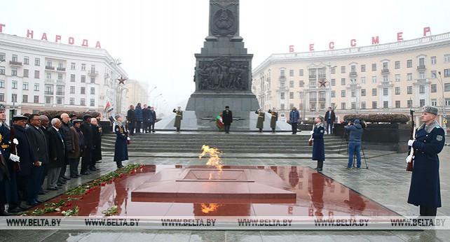 Президент Судана возложил венок к монументу Победы в Минске