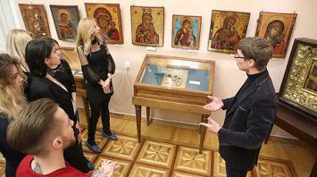 Реставратор делится тонкостями мастерства на выставке икон в Гомеле