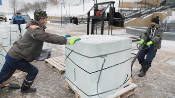 В Могилеве начали строить ледяную резиденцию Деда Мороза