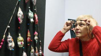 Новогодние игрушки советских времен представили на выставке в витебской ратуше