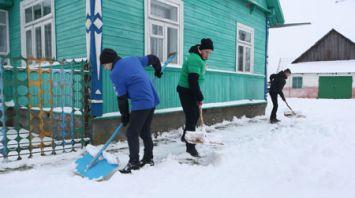 Молодежь Гродненской области помогает убирать снег пожилым сельчанам