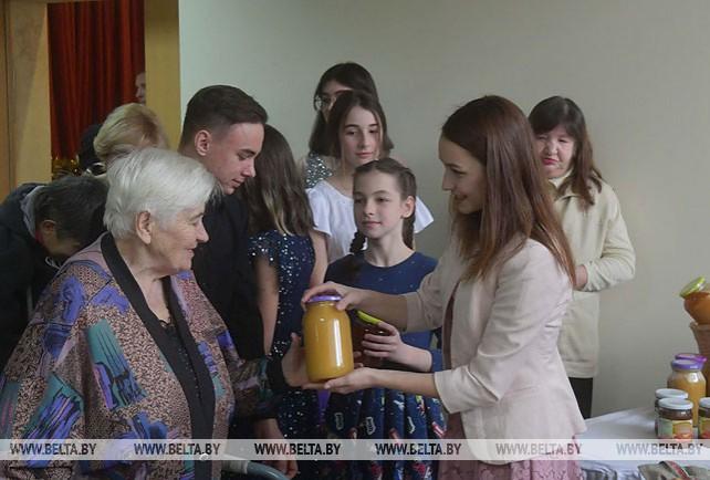 """Ученики Острошицко-Городокской школы подарили жителям дома-интерната """"Рождественские фантазии"""" и козочек"""