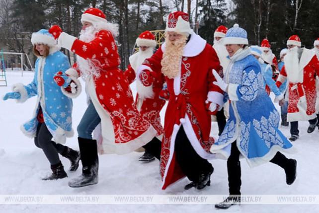 Забег Дедов Морозов и шабаш Бабок Ежек прошел в Витебском районе