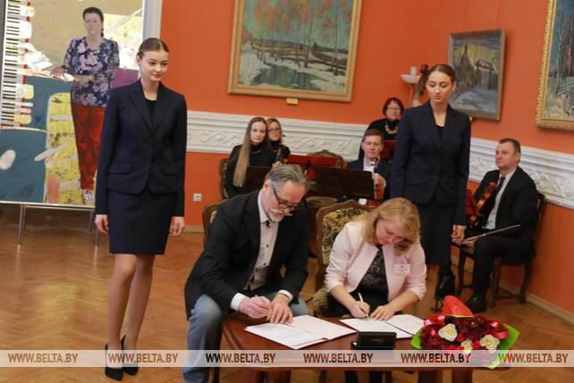 Художественному музею им. Масленикова подарили картину с изображением дочки художника