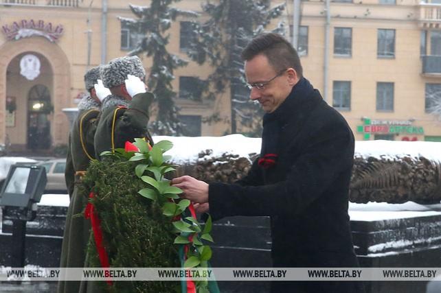 Министр иностранных дел и внешней торговли Венгрии возложил венок к монументу Победы