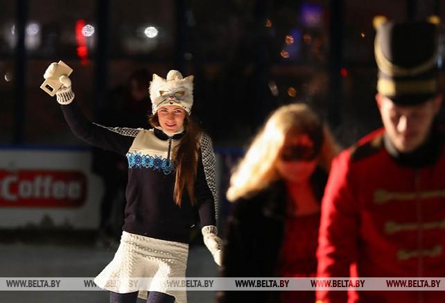 Дарья Домрачева приняла участие в бале-маскараде на льду